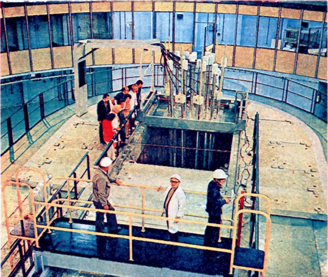 """Reaktor Maria w czasie budowy. Zdjęcie z """"Młody Technik"""" 9/1974."""