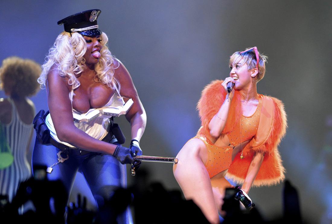 "Piosenkarka Miley Cyrus ""w akcji""."
