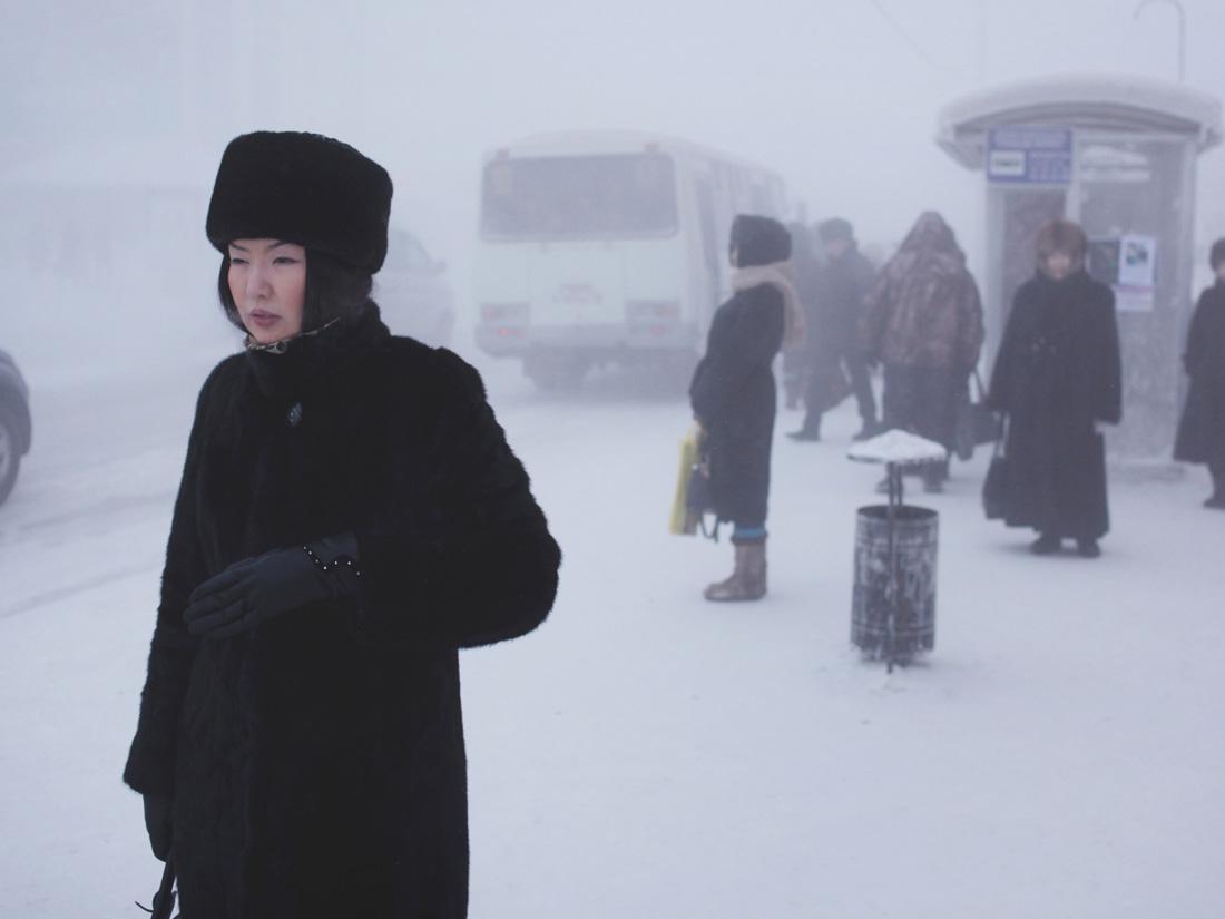 Mieszkanka Jakucka czeka na przystanku autobusowym położonym w centrum miasta.