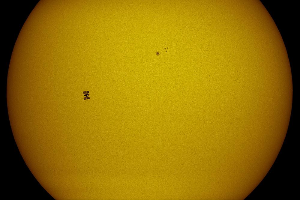 Międzynarodowa Stacja Kosmiczna na tle Słońca