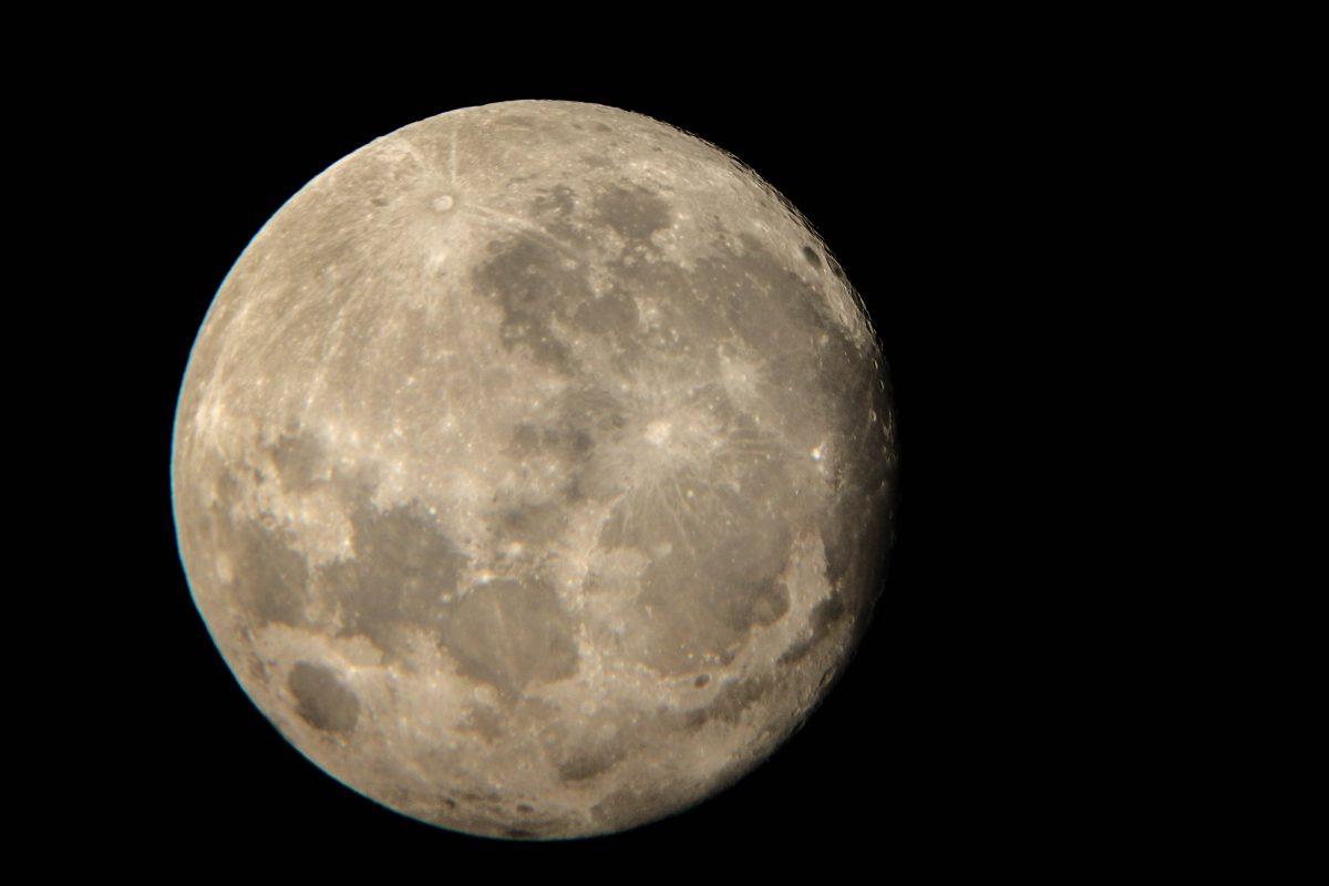 Księżyc kilkanaście godzin przed superpełnią. fot. Sławomir Matz